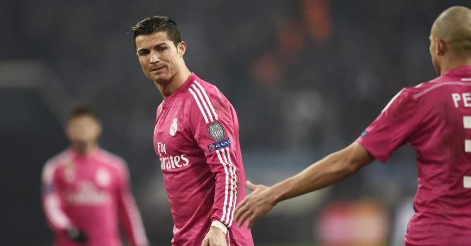 Cristiano Ronaldo faz uma expressão pouco animada durante jogo do Real Madrid na Liga dos Campeões