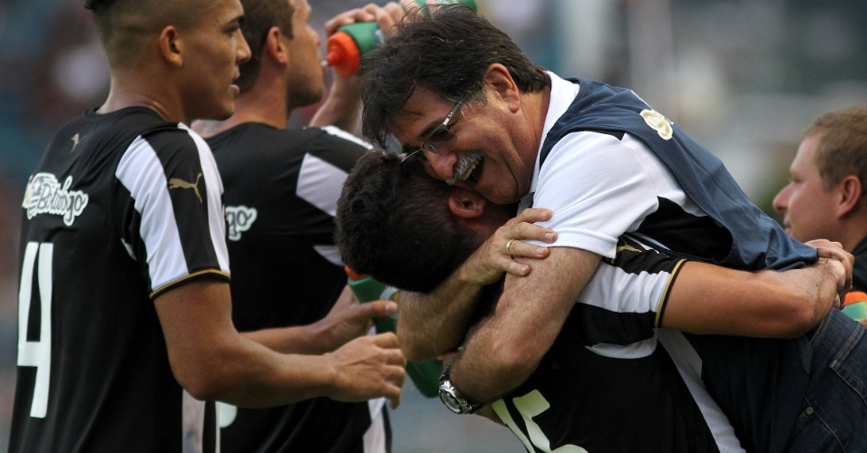 Meia Gegê comemora seu gol pelo Botafogo com o técnico René Simões