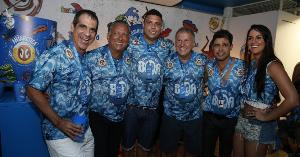 21.fev.2015 - Galvão Bueno posa para foto com Ronaldo, Zico, Durval Lelys e Zezé Di Camargo