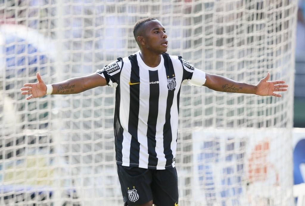 Em tarde inspirada, Robinho comemora um de seus gols pelo Santos contra a Portuguesa