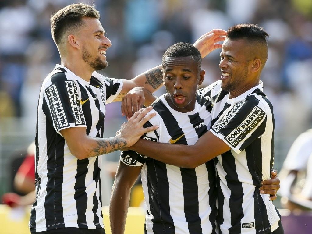 Lucas Lima e Geuvânio comemoram com Robinho o segundo gol do Santos e do camisa 7