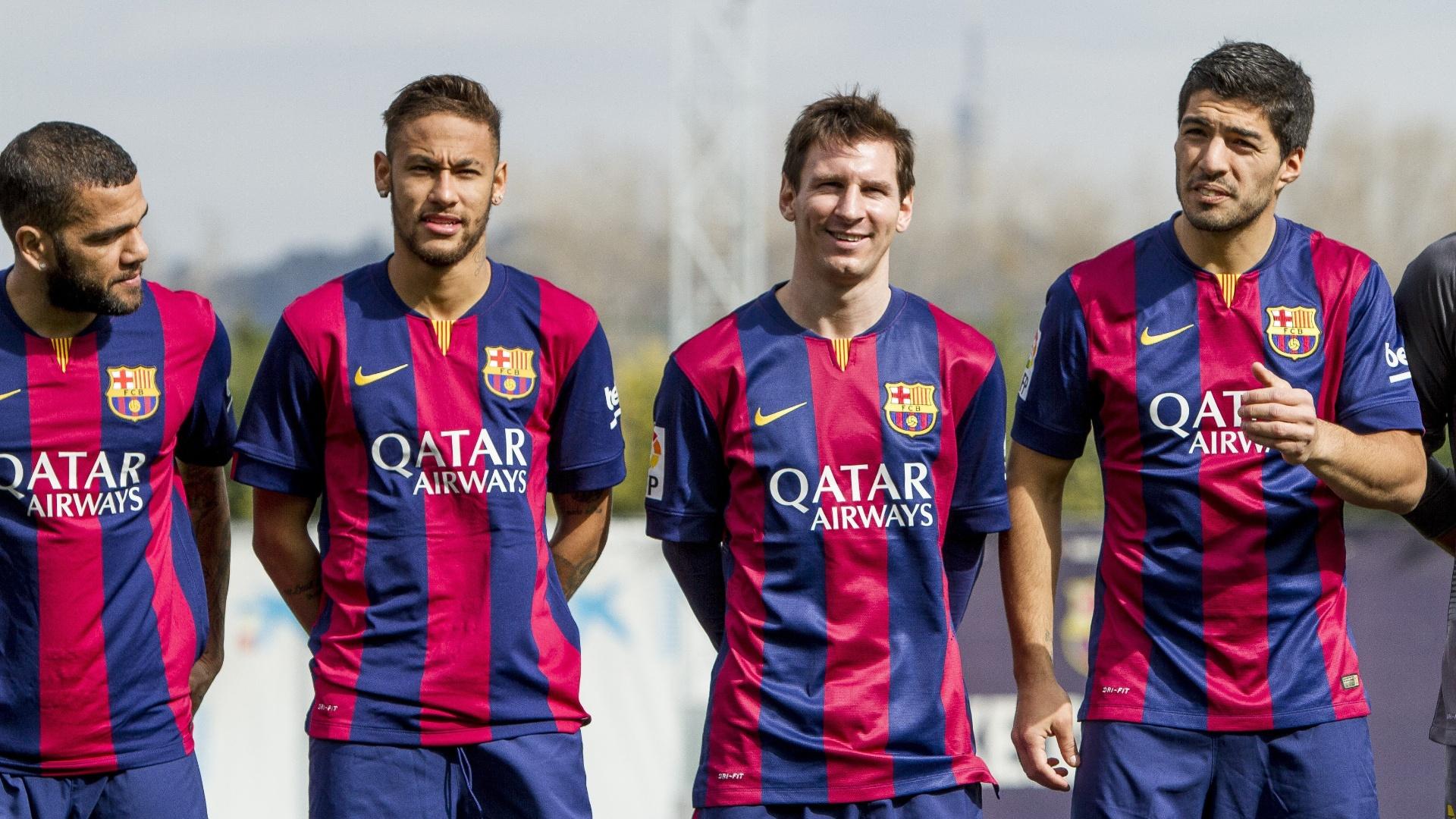 Daniel Alves, Neymar, Lionel Messi e Luis Suárez posam para foto em lançamento de patrocínio do Barcelona