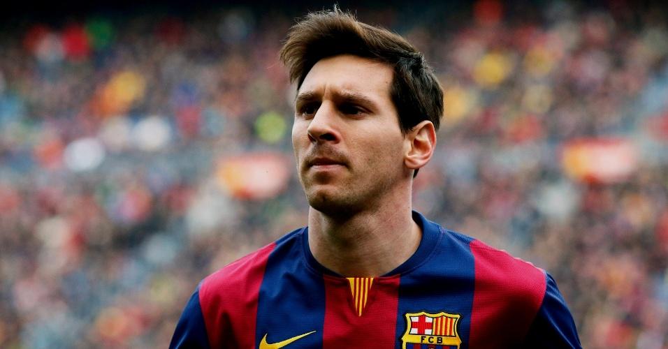 Lionel Messi, atacante do Barcelona, se posiciona antes do jogo contra o Málaga, no Camp Nou, pelo Campeonato Espanhol