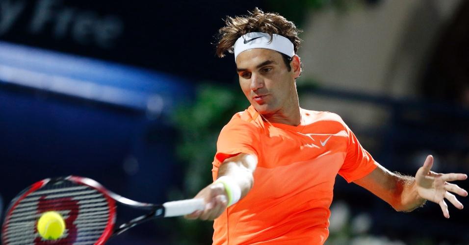 Roger Federer rebate bola na partida contrao russo Mikhail Youzhny, pelo ATP de Dubai