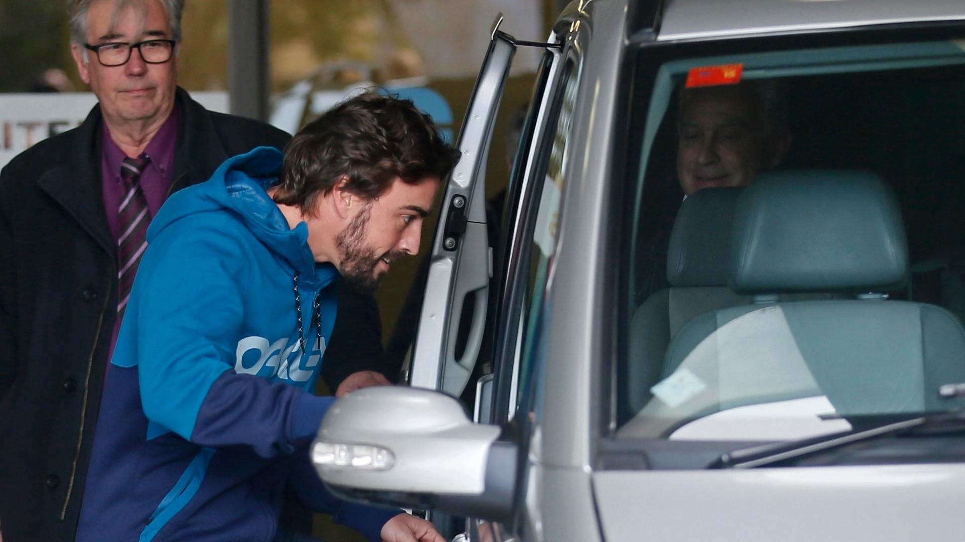 25.fez.2015 - O piloto espanhol Fernando Alonso recebeu alta nesta quarta-feira e deixou o hospital de Barcelona onde estava internado desde o último, quando sofreu um grave acidente durante os treinos de pré-temporada da Fórmula 1. Chamou a atenção de internautas nas redes sociais o fato de o bicampeão mundial, que é piloto da McLaren-Honda, ter deixado o hospital em um carro de passeio da Mercedes, que também tem uma escuderia