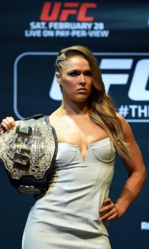 26.fev.2015 - Ronda Rousey posa com seu cinturão em coletiva prévia do UFC 184 em Los Angeles