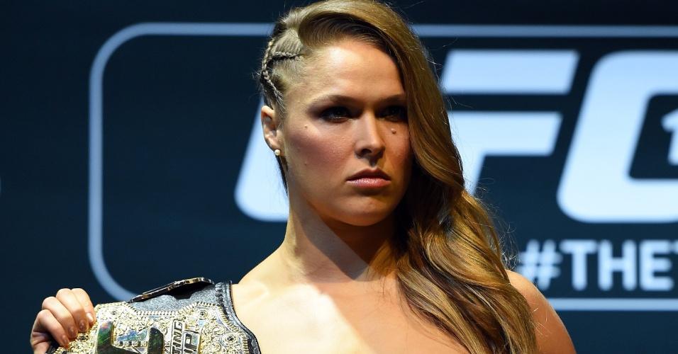 26.fev.2015 - Ronda Rousey posa com
