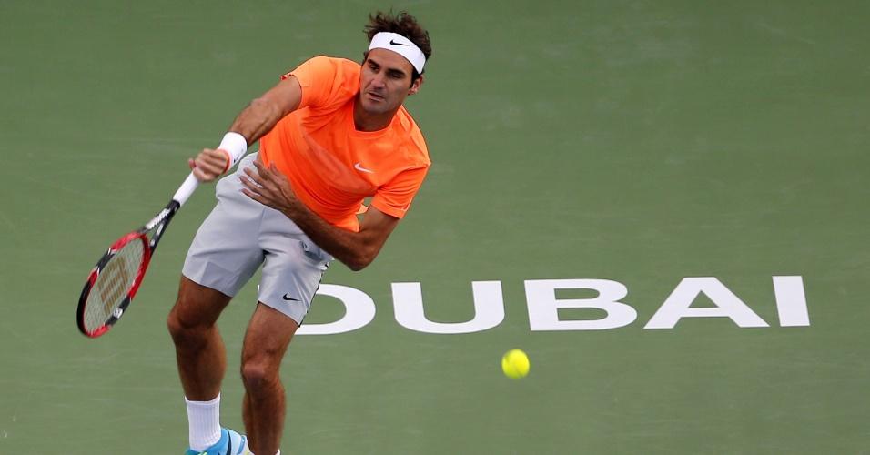 Roger Federer saca em Dubai nas semifinais contra o croata Borna Coric