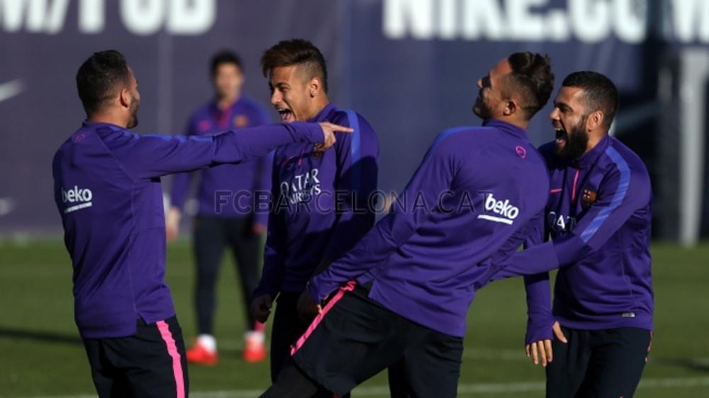 Neymar apareceu ao treinamento do Barcelona (27/02/2015) com cabelo moicano. Sucesso na época em que o atacante defendeu o Santos, o visual moicano havia sido abandonado por Neymar quando se transferiu para o futebol espanhol
