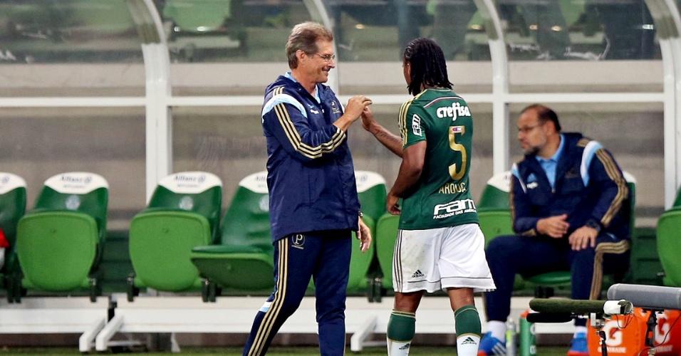 Arouca deixa o campo em Palmeiras x Capivariano e é cumprimentado pelo técnico Oswaldo de Oliveira