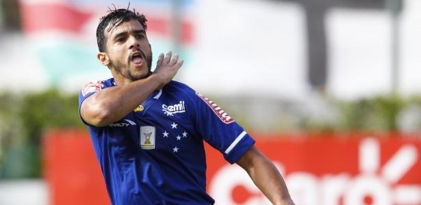 Henrique abriu a conta em mais uma vitória do líder Cruzeiro no estadual