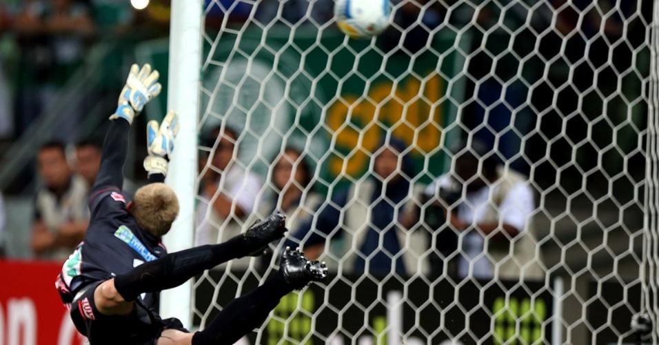 Goleiro Douglas, do Capivariano, se estica para tentar evitar o gol do Palmeiras na cobrança de falta de Robinho