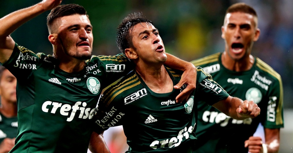 Robinho comemora gol de falta para o Palmeiras do duelo contra o Capivariano