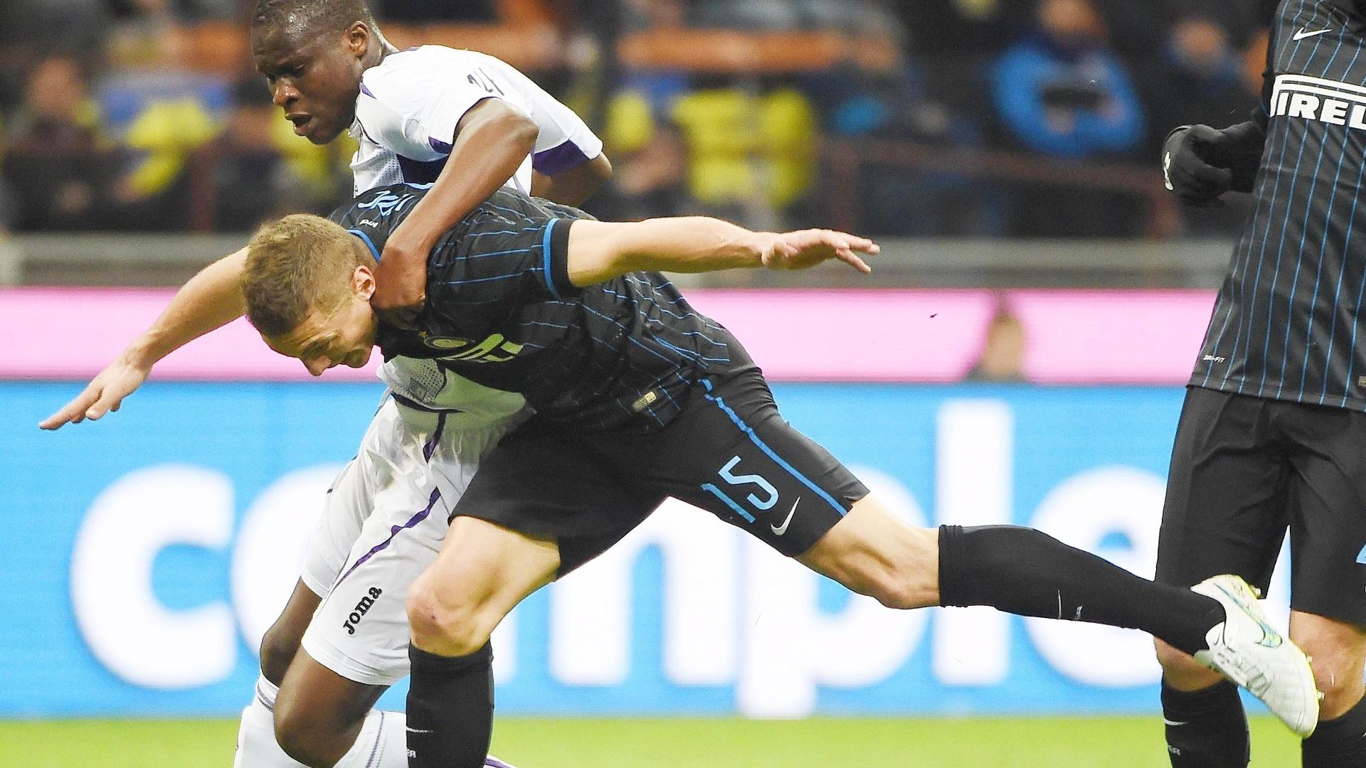 Babacar faz falta no zagueiro Vidic no duelo entre Inter de Milão e Fiorentina no Giuseppe Meazza