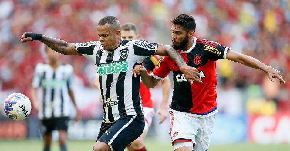 Bill do Botafogo disputa lance com Wallace do Flamengo durante partida no Estadio Maracana pelo Campeonato Carioca 2015