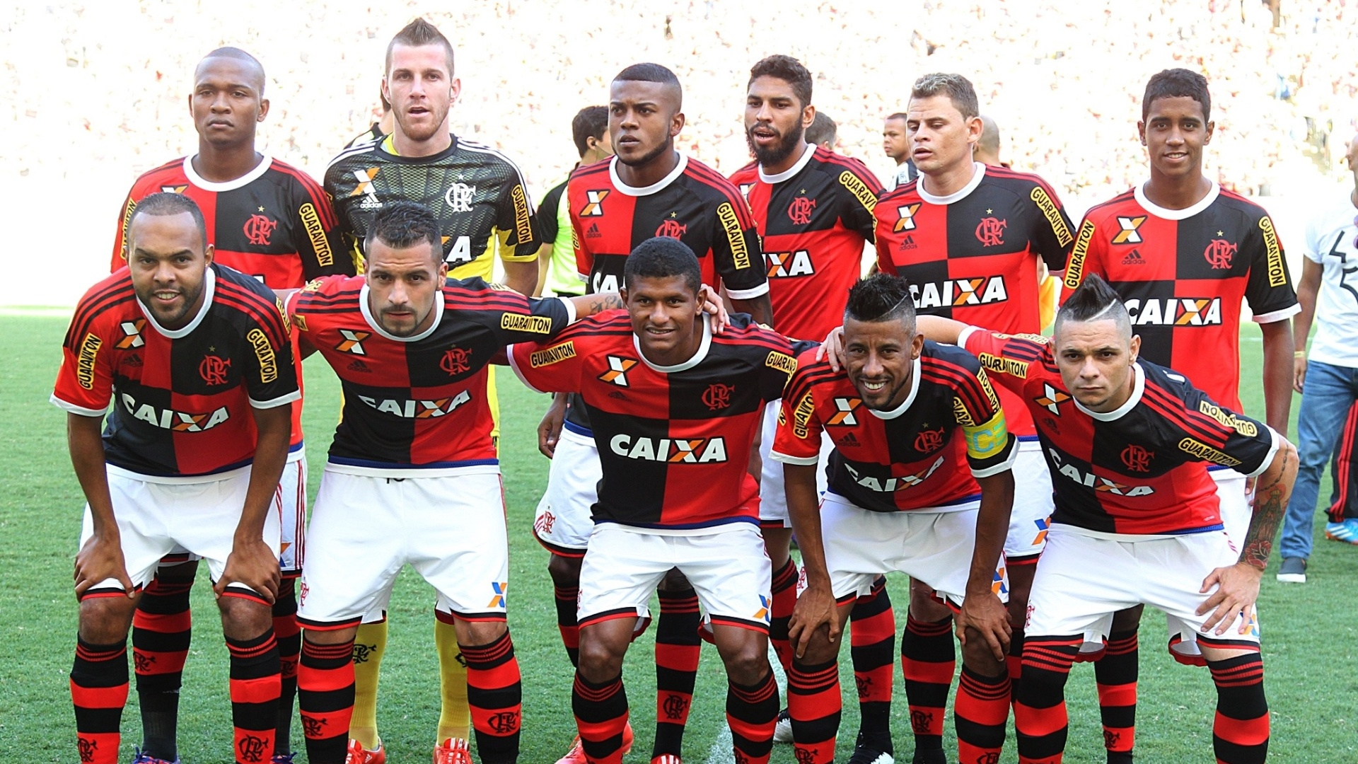 Elenco do Flamengo posa para fotos com a camisa