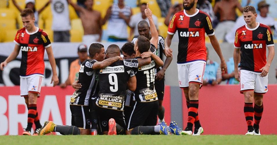 Jogadores do Botafogo comemoram gol frente ao Flamengo em clássico no Campeonato Carioca