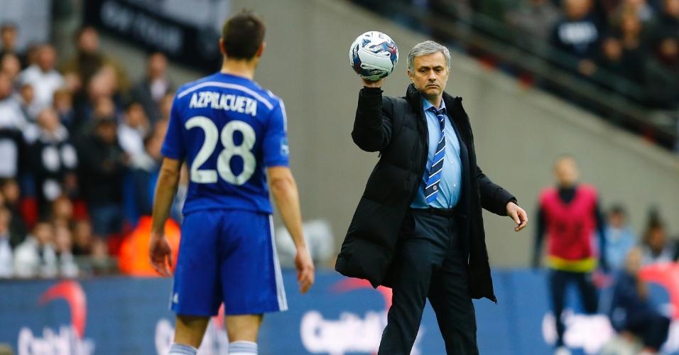 José Mourinho entrega a bola ao lateral espanhol do Chelsea Azpicuelta