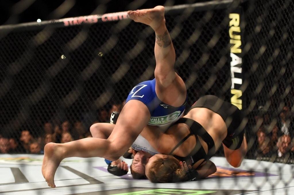 Ronda Rousey derruba Cat Zingano para encaixar chave de braço que lhe garantiu a vitória apenas 14 segundos de luta