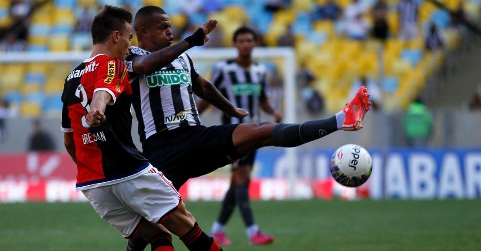 1 mar. 2015 - Bill e Bressan disputam bola durante clássico entre Botafogo e Flamengo, pelo Carioca