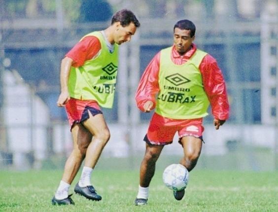 Edmundo e Romário trocam passes durante treino do Flamengo, em 1995