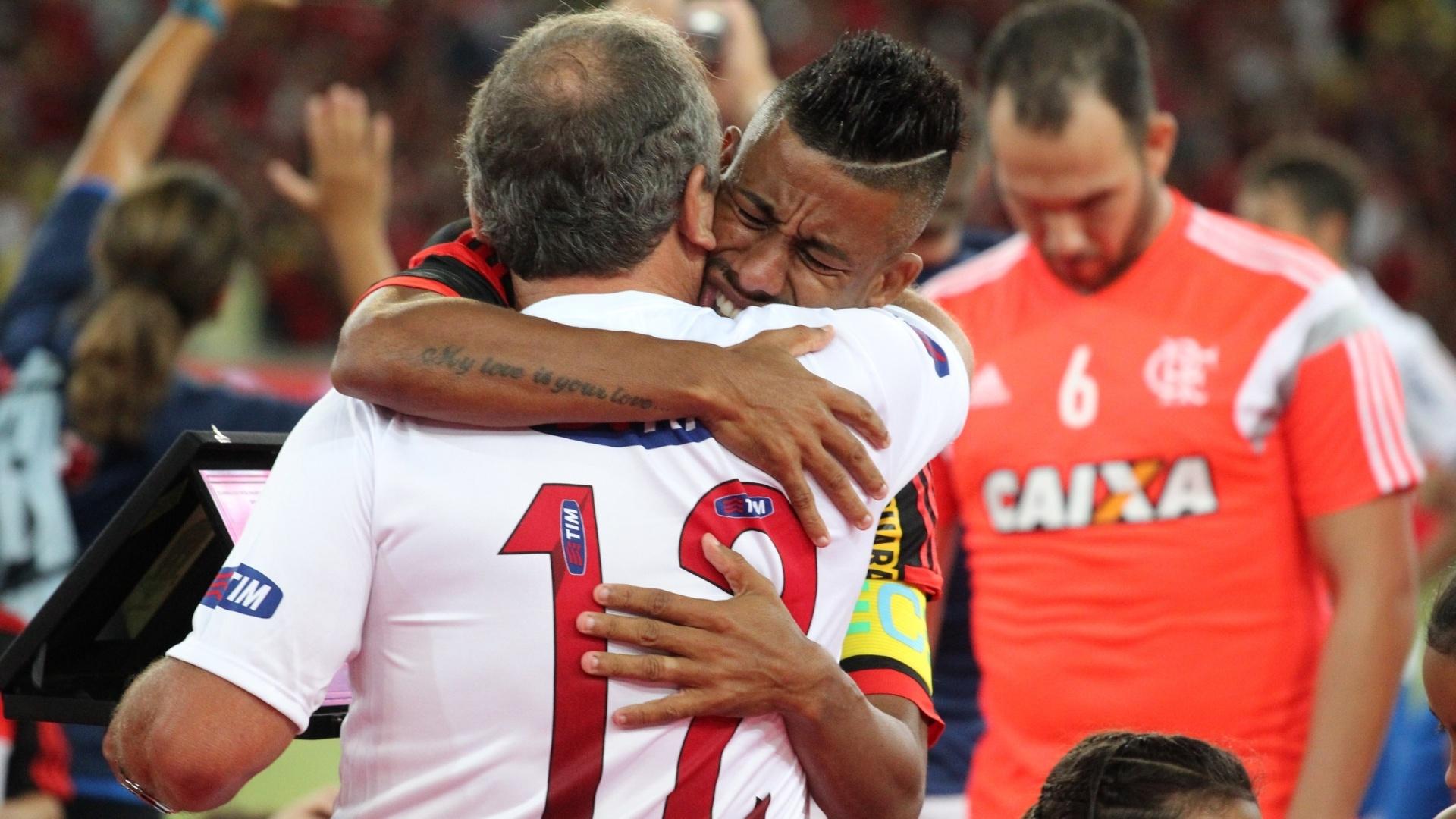 Léo Moura chora bastante ao abraçar e receber placa de seu ídolo Zico