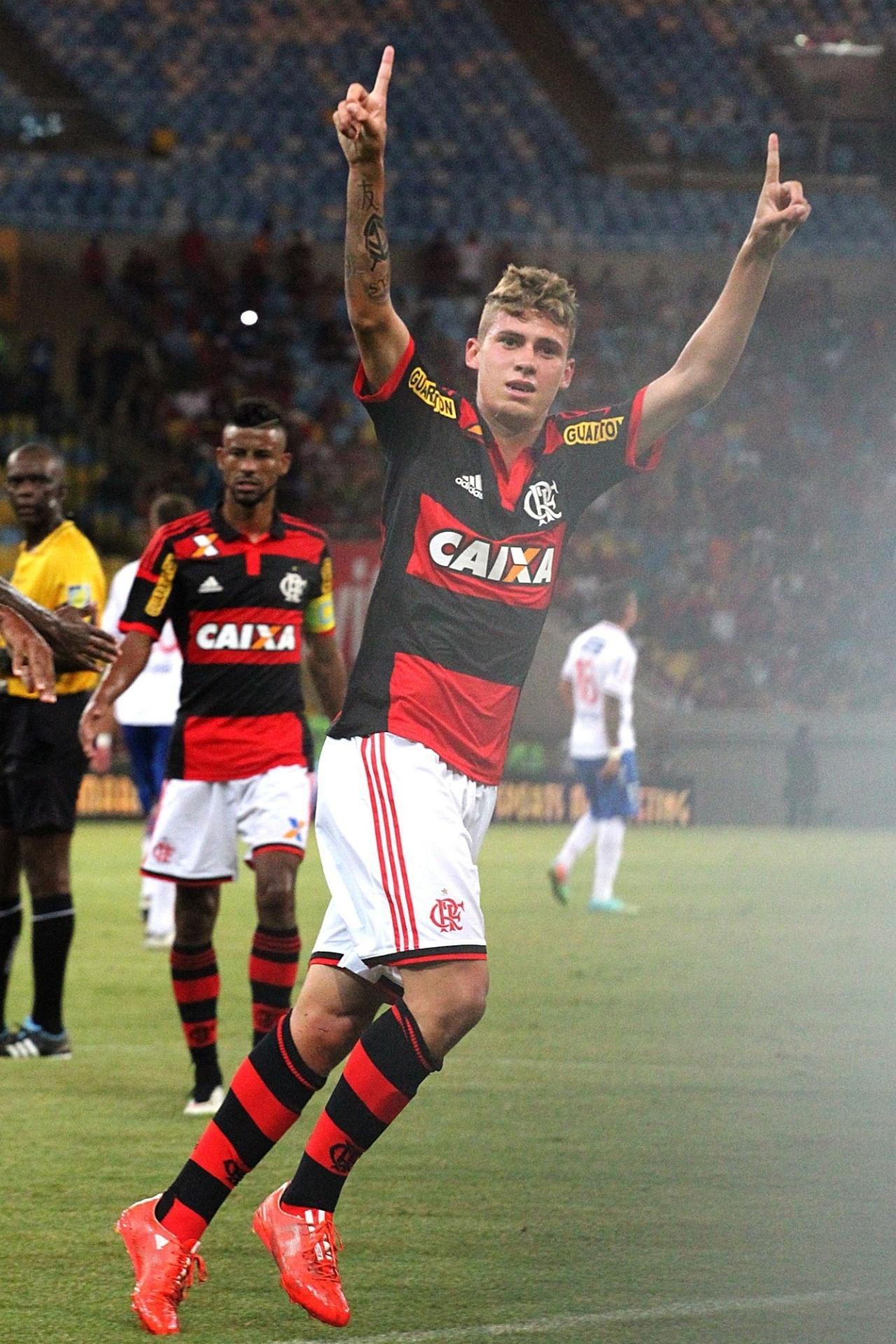 04 mar. 2015 - Observado por Léo Moura, Matheus Sávio comemora gol do Flamengo em amistoso contra Nacional-URU