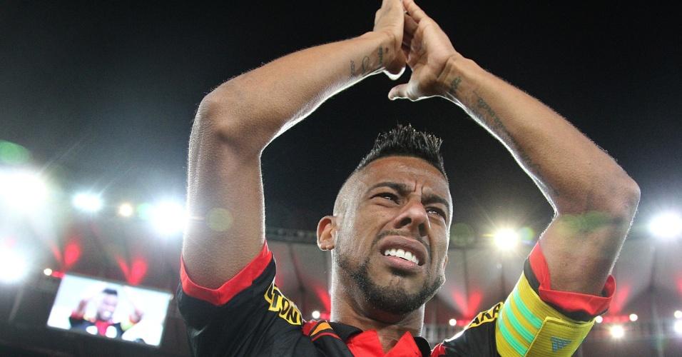 Léo Moura chora e agradece aos mais de 30 mil torcedores presentes no Maracanã