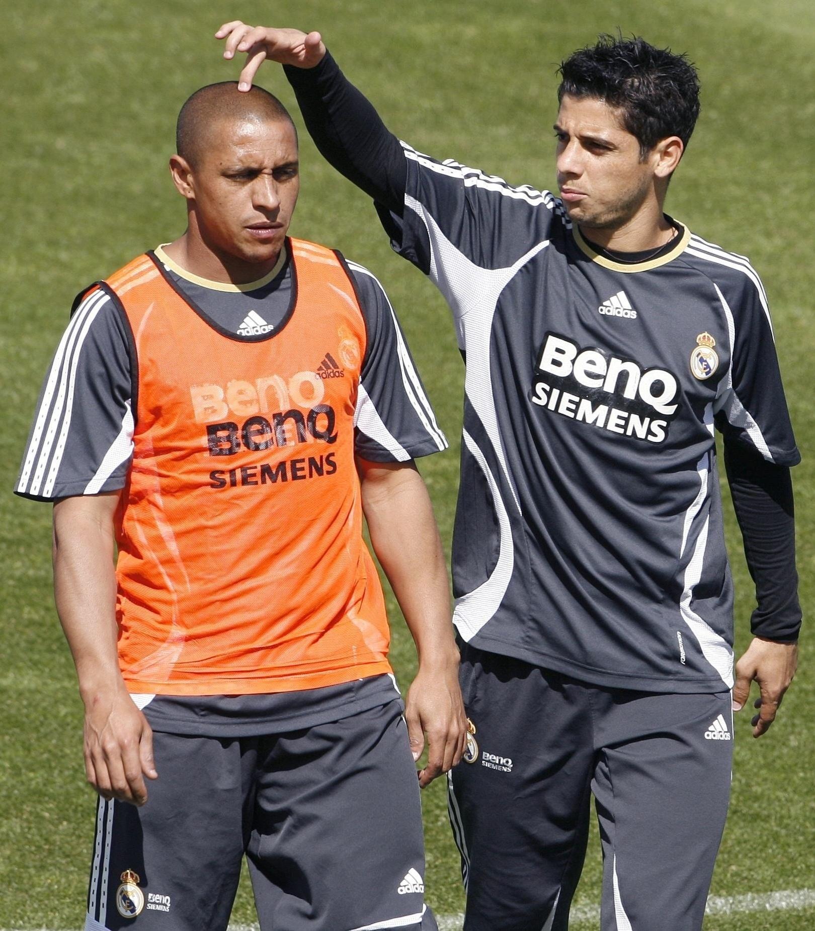 Cicinho, lateral do Real Madrid, brinca com Roberto Carlos, seu companheiro de time, em um treino em 2006.