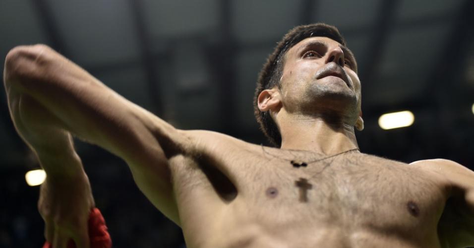 Novak Djokovic arremessa camisa para torcedores na arena em Kraljevo