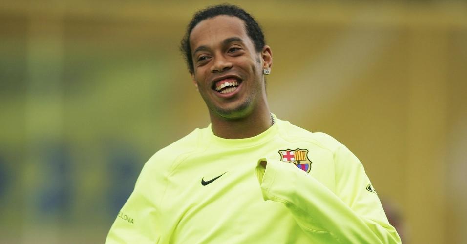 Ronaldinho Gaúcho sorri durante treino do Barcelona