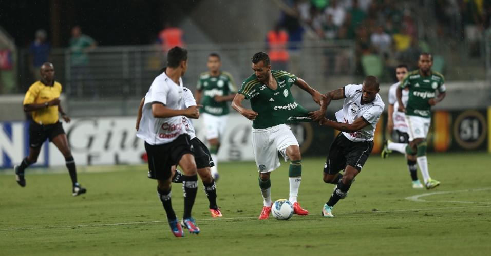 Leandro Pereira tenta se livrar da marcação do Bragantino