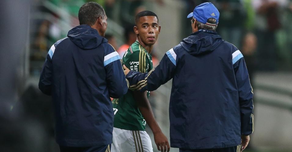 Oswaldo de Oliveira conversa com Gabriel Jesus. Jovem fez sua estreia com a camisa do Palmeiras