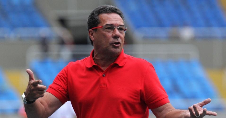 Vanderlei Luxemburgo gesticula durante a vitória do Flamengo por 2 a 0 sobre o Friburguense