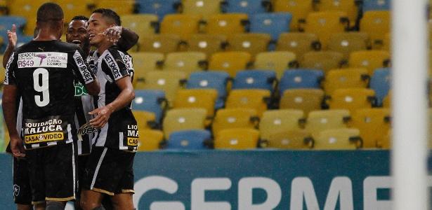 Durante o 1º tempo de jogo contra o Flu, camisa do Botafogo exibia secador a R$ 49