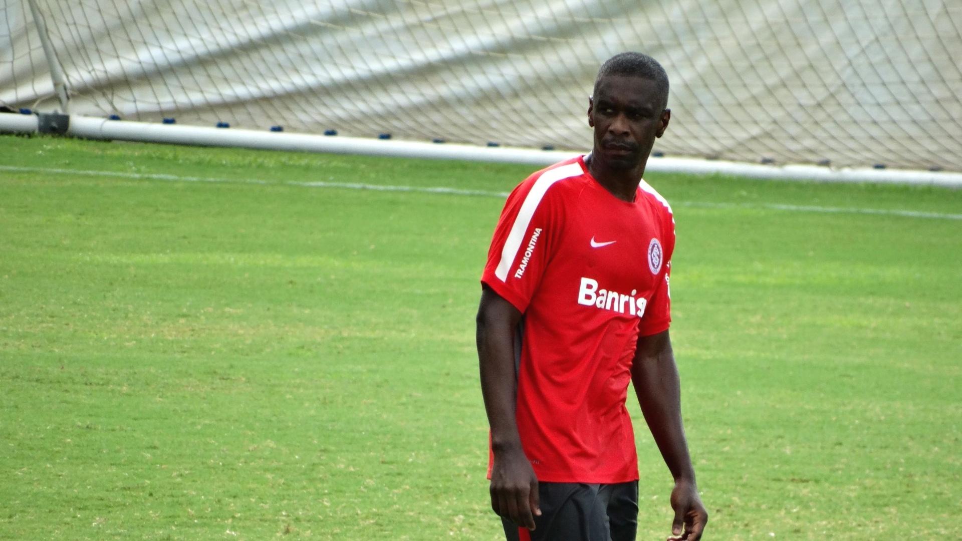 10.mar.2015 - Zagueiro Juan durante treino que confirma o 3-5-2 no Inter contra o Aimoré