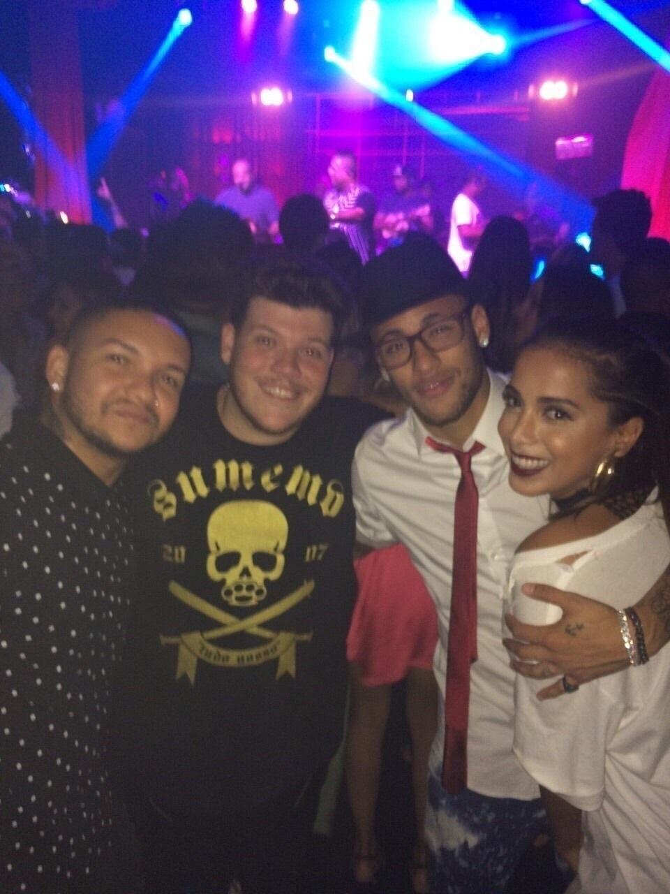 9.mar.2015 - Rafaella Santos, irmã de Neymar, comemorou a chegada de seus 19 anos com uma mega festa em uma boate paulistana na noite dessa segunda-feira. Os cantores de pagode Suel e Ferrugem com Neymar e Anitta na festa de aniversário de Rafaella, na Royal
