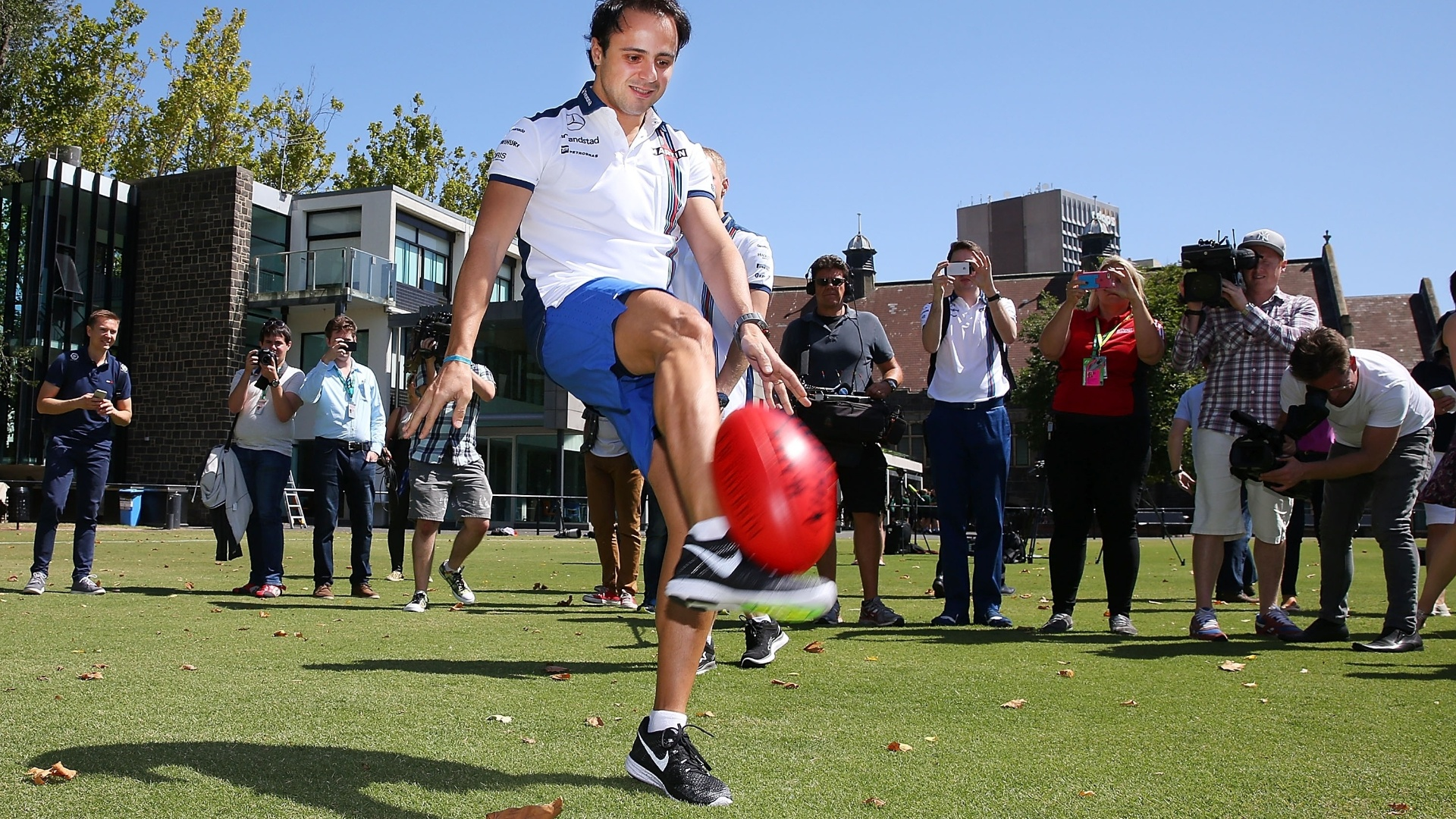 Felipe Massa em evento do GP da Austrália de 2015, com o jogador de futebol australiano Joel Selwood
