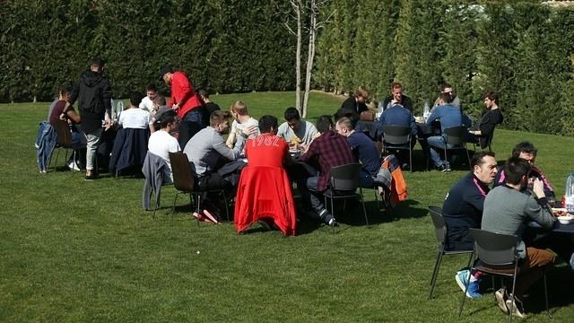 Jogadores do Barcelona foram divididos em quatro mesas durante o churrasco. Neymar ficou na mesma de Messi