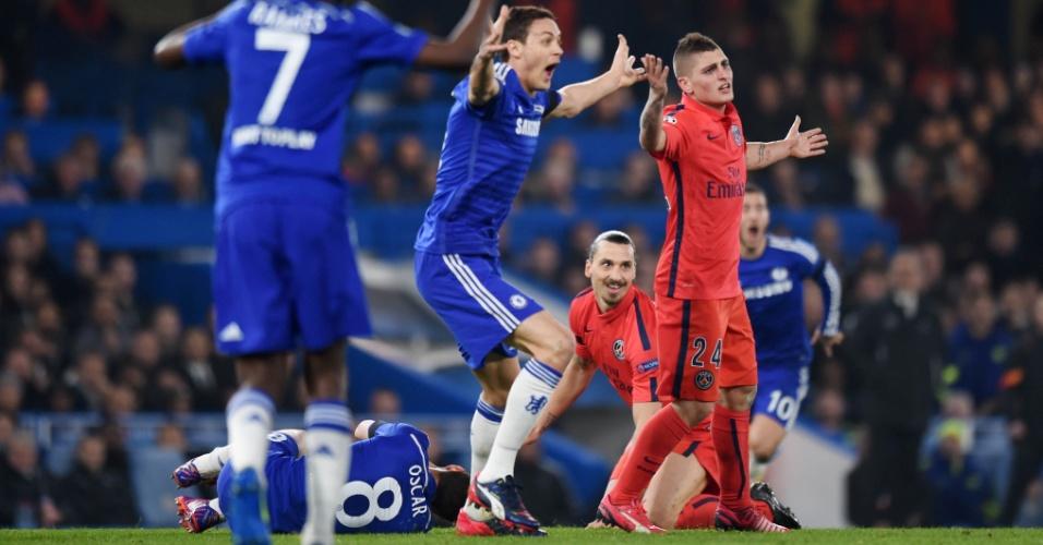 Jogadores do Chelsea pressionam o árbitro após choque entre Ibrahimovic e Oscar