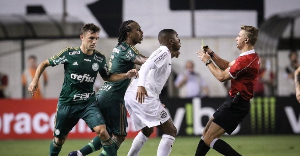 Juiz dá cartão amarelo para Arouca em jogo entre Santos e Palmeiras