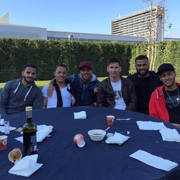 Neymar postou nas redes sociais foto com os brasileiros do Barcelona e Lionel Messi, durante churrasco no clube