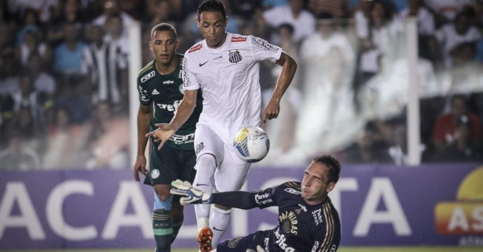 Ricardo Oliveira bate por cima de Fernando Prass no jogo entre Santos e Palmeiras