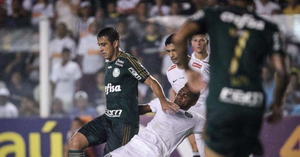 Robinho é desarmado por Cicinho na partida entre Santos e Palmeiras