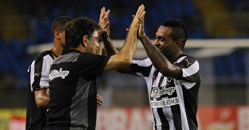 Técnico René Simões recebe o abraço de Jobson, que marcou pelo Botafogo contra o Tigres