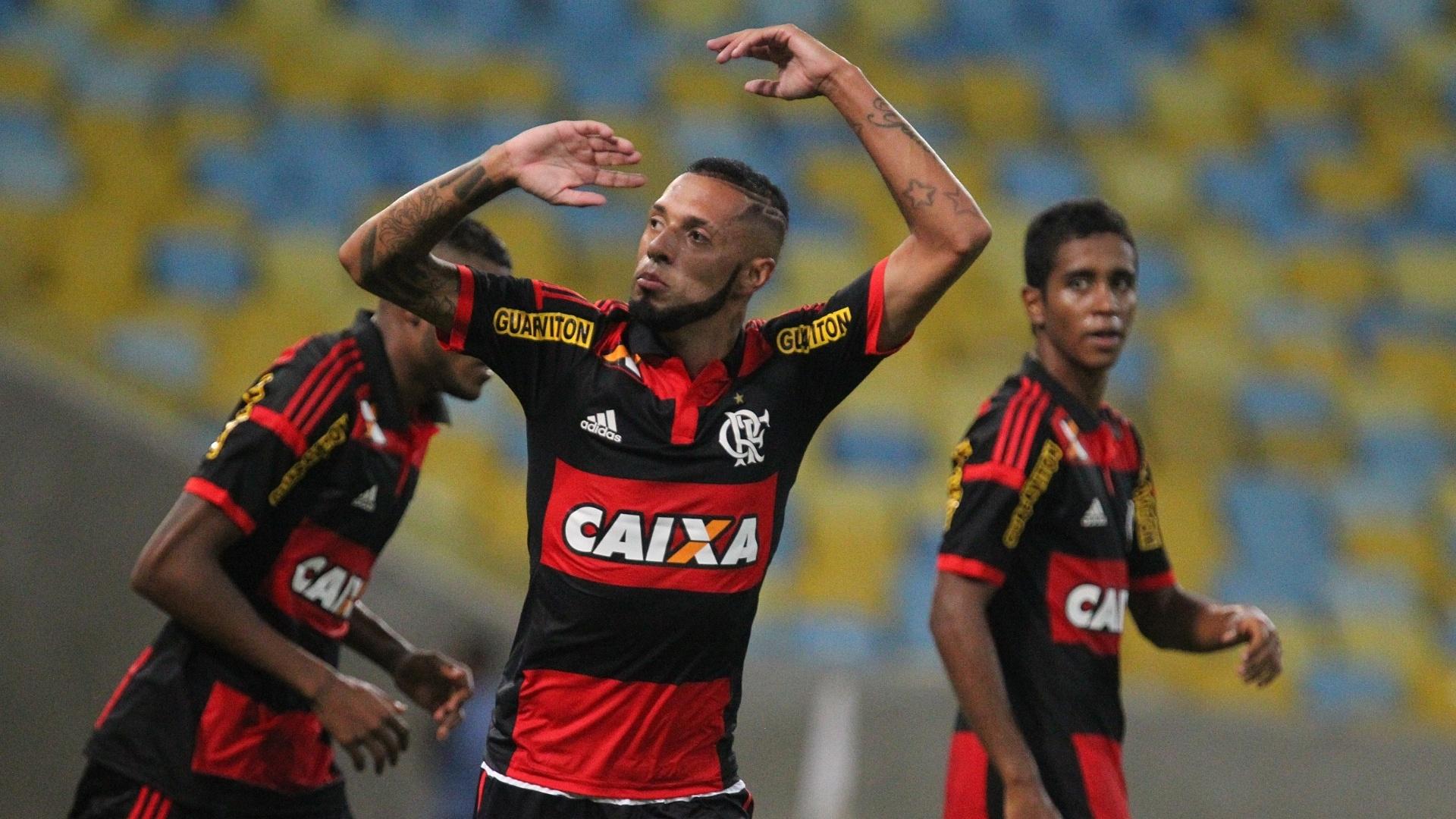 Paulinho comemora gol em sua volta ao Flamengo após seis meses afastado