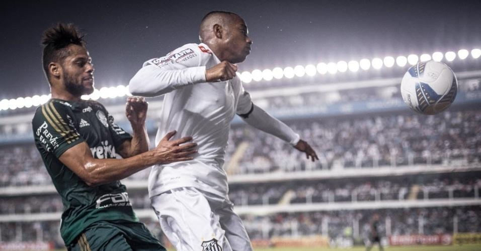 Robinho encara a marcação de João Paulo no jogo entre Santos e Palmeiras