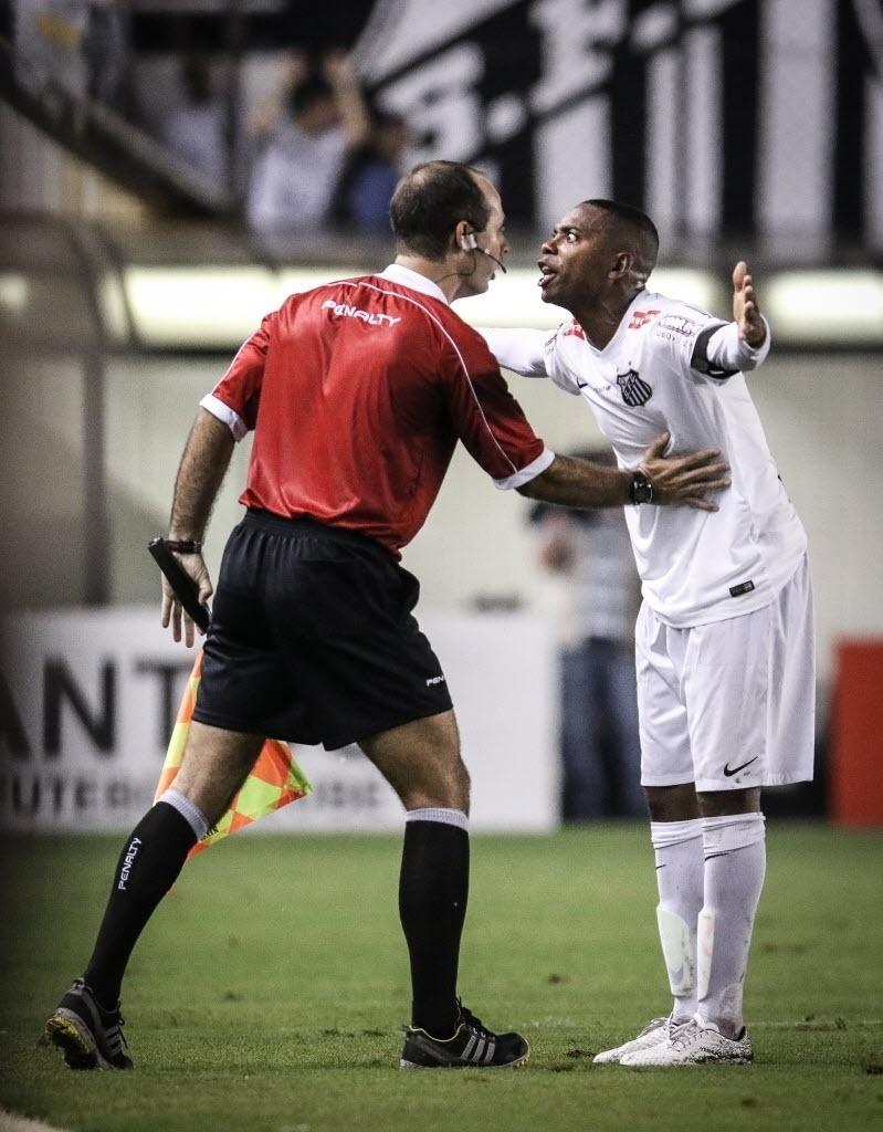Robinho reclama com o bandeirinha na partida entre Santos e Palmeiras