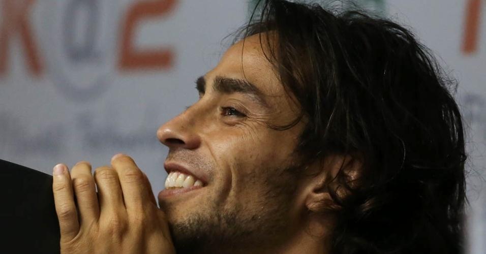 Valdivia sorri durante treinamento do Palmeiras