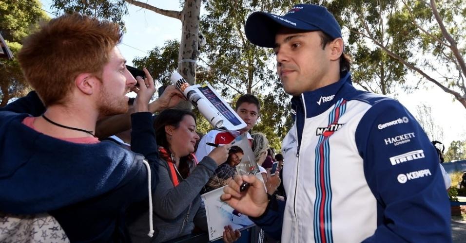 Felipe Massa dá autógrafos antes do início da sessão de treinos